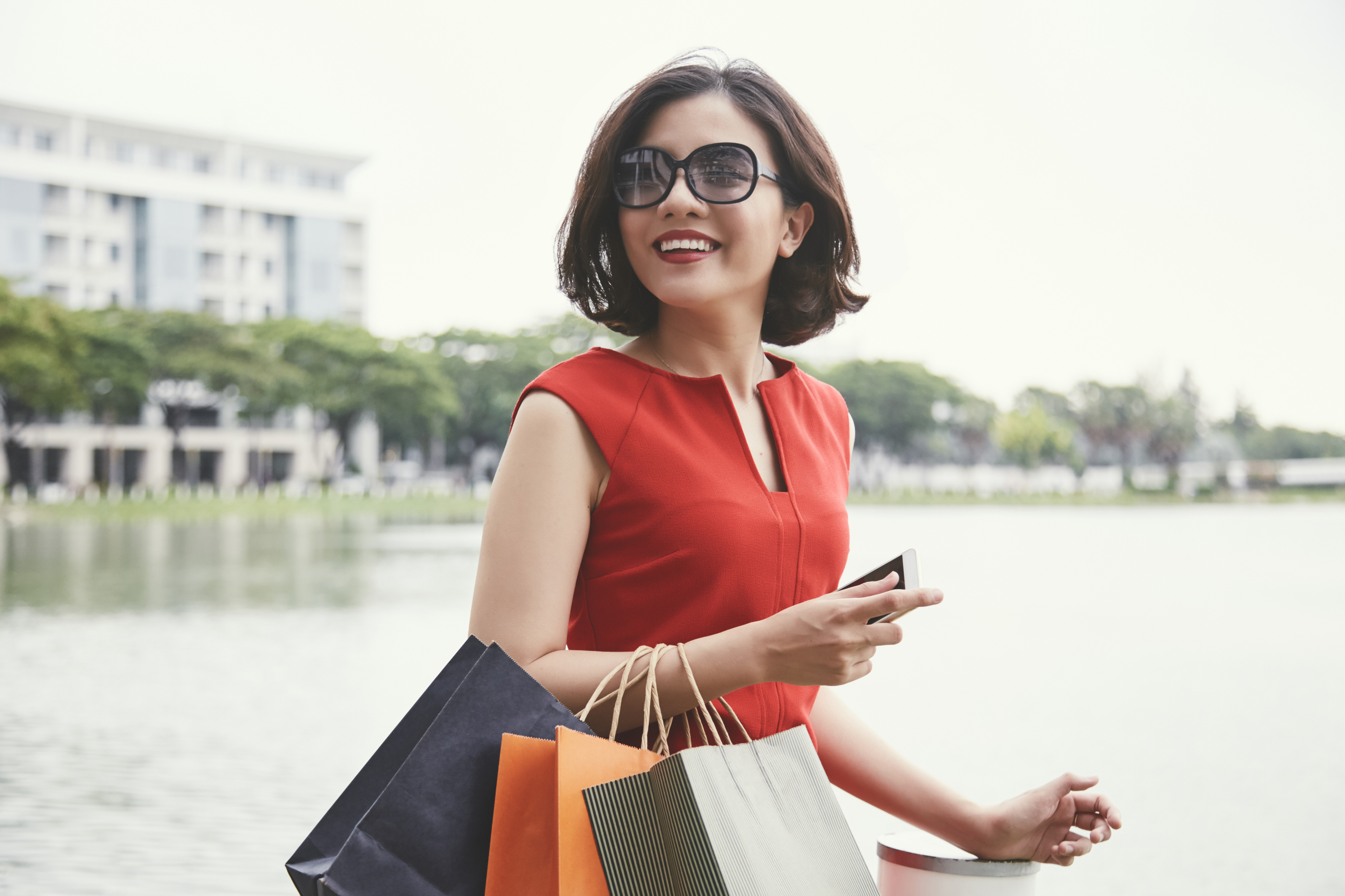 beautiful-woman-with-shopping-bags-DJ98FR3